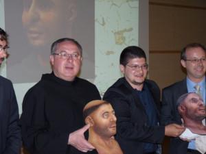 padre Enzo Poiana rettore della Basilica con Cicero Moraes designer 3D che ha ricostruito il volto del Santo